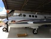KING AIR C-90B  -  2001  Horas Totais:2.200 Helices:14/01/2.020 Trem pouso:14/01/2.020 Disponíveis:Motores:1.400  Avionicos: 2 VHF COLLINS 23A DIGITAL 2 VOR COLLINS DIGITAL 1 ADF COLLINS 60 DIGITAL 1 TAWS KGP 560 1 GARMIM MULTI FUNCTION APOLO MX20 1 TCAS MD SKY 497 1 PA COLLINS FCS 65 1 GPS GARMIM 400 1 STORMSCOPE WX 500 1 RADAR ROCKWELL - WX 500 1 DIGITAL DATA SHADIM 1 HSI COLLINS DIGITAL 1 RMI COLLINS DIGITAL.  Exterior: Todo branco, com faixas azul marinho, cinza e vermelho. Nota 8.  Interior: Couro cinza, original. Nota 8. Sem acidentes Manutenção em dia.  MARIA ZILDA 14 99723-3993