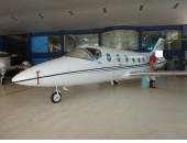 Ano: 2001 Fabricante: Hawker Beechjet Modelo: 400A     Certificado Aeronavegabilidade: 03/03/2021  Horas Totais: 6.064  Motores: 2 Pratt & Whitney JT15D-5 (TBO 3600 hours) Left / Right: 755 / 755 Hours Since Overhaul N° Serie: PCE-JA0387 - PCE-100347   Horas Disponíveis: 2745 Hrs.  Avionics/Radios:  Collins (3) Tube EFIS Comm: (2) VHF-422Cs 8.33 Nav: (2) Dual VIR-422s FMS: (2) A M S 5000 with single GPS 4000 Data Loader: (1) PCD 3000 FMS Data Loader Autopilot: (1) APS-4000 Flight Director: (1) FCS-850 Radar: (1) TWR-850 Turbulence Detection ADF: (1) ADF-462 DME: (2) DME-442s RMI: (2) SDU-64Das    Audio Panel: (2) DB-438s Transponder: (2) TDR-94Ds w/ mode C Radio Altim.: (1) ALT-55B TCAS: (1) Collins TCAS 4000 TCAS II CVR: (1) FA2100 CVR EGPWS: (1) Honeywell Mark V ELT: (1) Artex 406  Interior:  10 (8+2) Assentos, Poltrona Reclinável com configuração