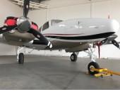 """BEECHCRAFT BARON G58 - 2011    Fabricante: Beechcraft   Modelo: Baron G58  Ano: 2011  Horas totais: 1.200  Número de Assentos: 1 + 5    MOTOR CONTINENTAL - Modelo: IO-550C72B - TBO: 1700,0hs.   HÉLICES HARTZELL - Modelo: PHC-J3YF-2UF  - TBO: 1.700 hs  Observações:  Aeronave equipada com Garmin 1000 homologada Full IFR.            Sempre hangarada.   Manutenção rigorosamente em dia.                            Pintura e interior em perfeito estado de conservação.   EQUIPAMENTOS:   PFD GARMIN, 10.4 POL. – DISLAY PRIMARIO DE VÔO                                    MFD GARMIN, 10.4 POL. – DISPLAY MULTIFUNÇÃO                     SINGLE AIR DATA COMPUTER (ADC)               SINGLE ATTITUDE AND HEADING REFERENCE SYSTEM (AHRS), DUAL VHF, VOR/ILS AND GPS.  PAINEL DE AUDIO GARMIN GMA 1347                AR CONDICIONADO  RADAR (GWX 68)  STORMSCOPE WX-500  DIRETOR DE VÔO  PILOTO AUTOMATICO GARMIN GFC 700  TRANSPONDER GARMIN GTX33 – MODO """"S""""  SKYWATCH 497 – AVISO DE TRAFEGO                       CHART VIEW                            WAAS                     SISTEMA DE NAVEGAÇÃO COM VNV  TAWS-B  – AVISO DE PROXIMIDADE DE TERRENO COM AUDIO  SISTEMA DE MONITORAMENTO DOS MOTORES                      SISTEMA DE DESEMBANDEIRAMENTO DAS HELICES  SISTEMA ANTI GELO  JANITROL – SISTEMA DE AQUECIMENTO DE CABINE  SPINNERS POLIDOS   AERONAVE SUPER CONSERVADA E COM TODAS AS REVISÕES EM DIA.  MARIA ZILDA - 14 99723-3993"""